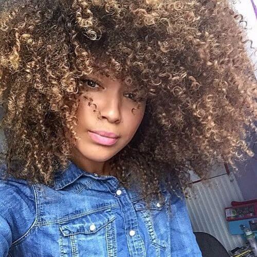 gire el peinado con reflejos rubios en el cabello castaño