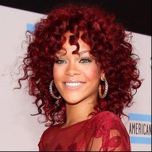 Rihanna pelo rizado burdeos