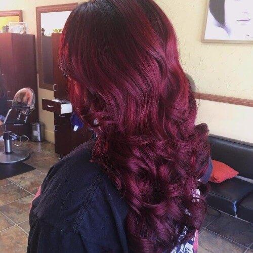 color de pelo morado oscuro en cabello largo ondulado