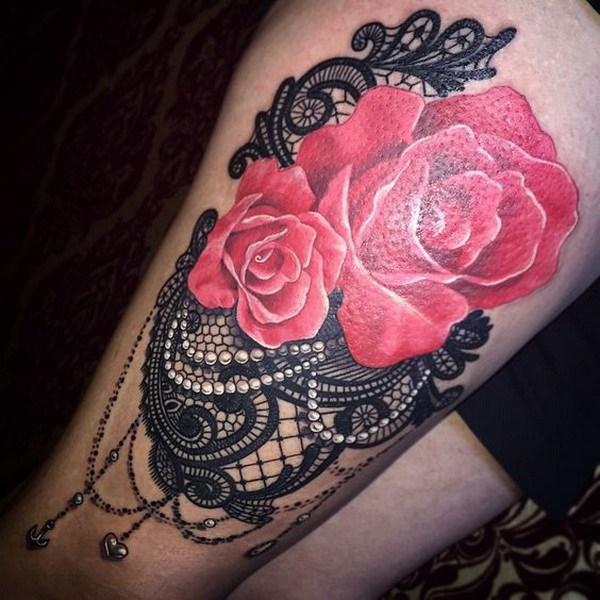 Tatuaje de encaje negro con perlas y rosa roja.