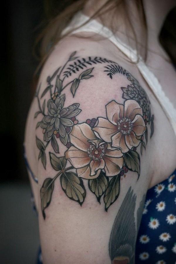 Tatuaje floral en la tapa del hombro.