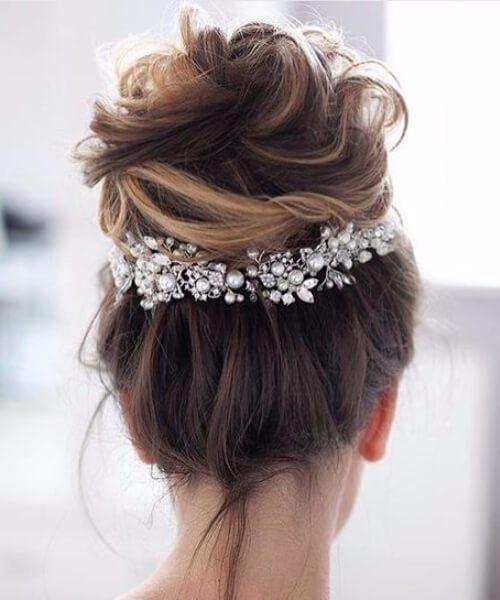 bollo sucio de alta textura con adornos peinados de boda para cabello largo