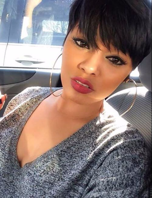 peinados cortos para mujeres negras con grandes flequillo