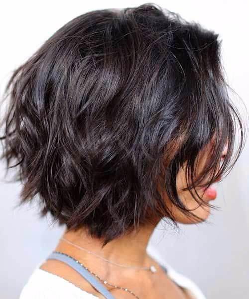 peinados cortos en capas para cabello grueso