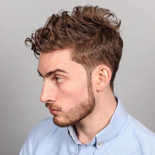 Cabello rizado con peinados puntiagudos
