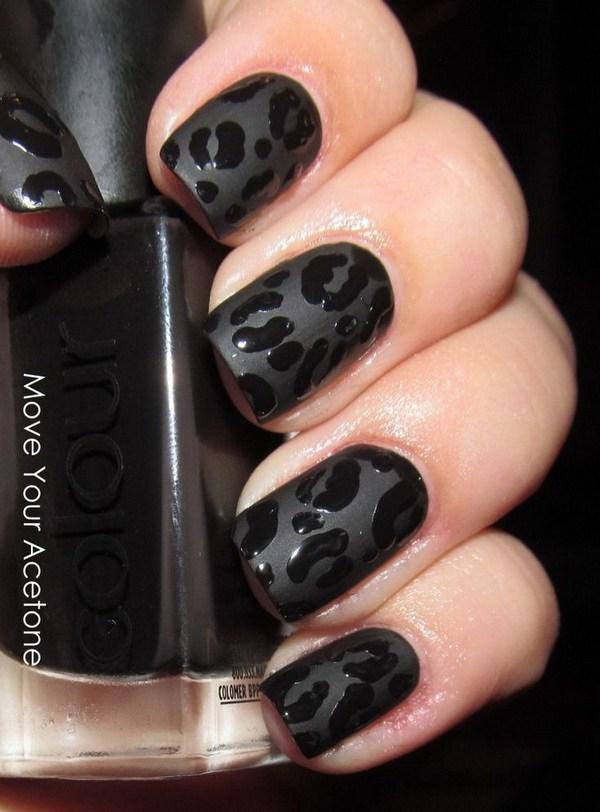 Uñas negras mate con estampados de leopardo.  Un arte de uñas muy clásico y elegante que es amado por mujeres calientes.