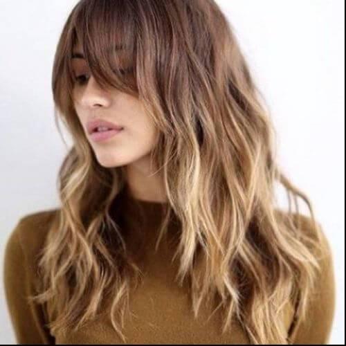 peinado largo ondulado en color de pelo caramelo