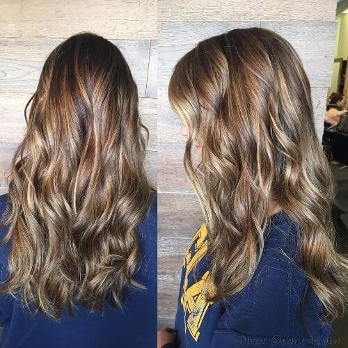 cabello ondulado con reflejos caramelo