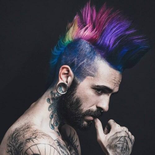 Peinados mohawk multicolores para hombres