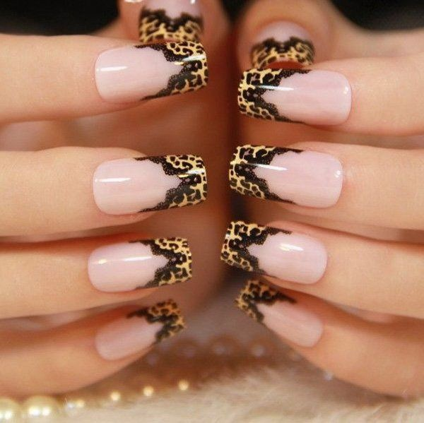 Estampado de leopardo con diseños de uñas de encaje negro.