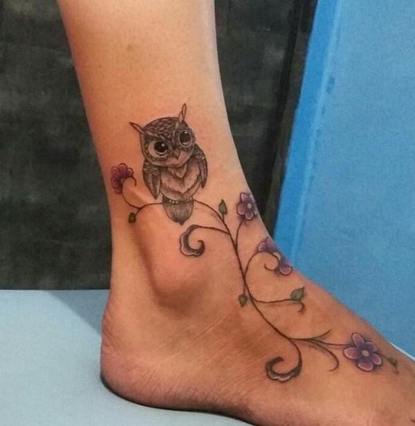 Flor búho tatuaje a pie.  Más a través de https://forcreativejuice.com/attractive-owl-tattoo-ideas/