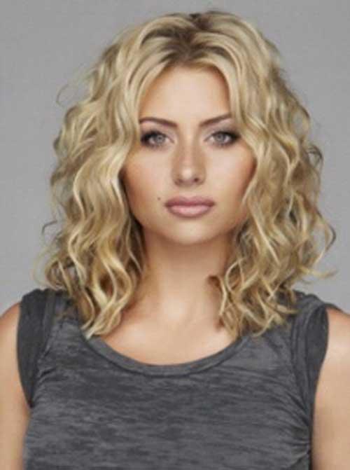 Peinados rizados cortos a medianos de Aly Michalka