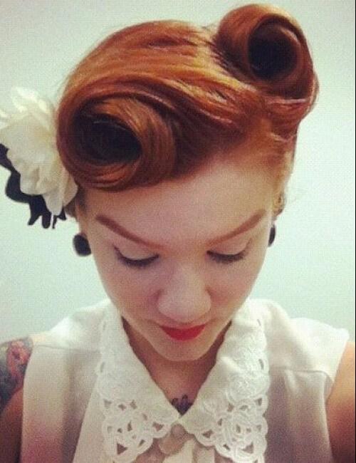 rollitos de victoria y updos de flores para cabello largo