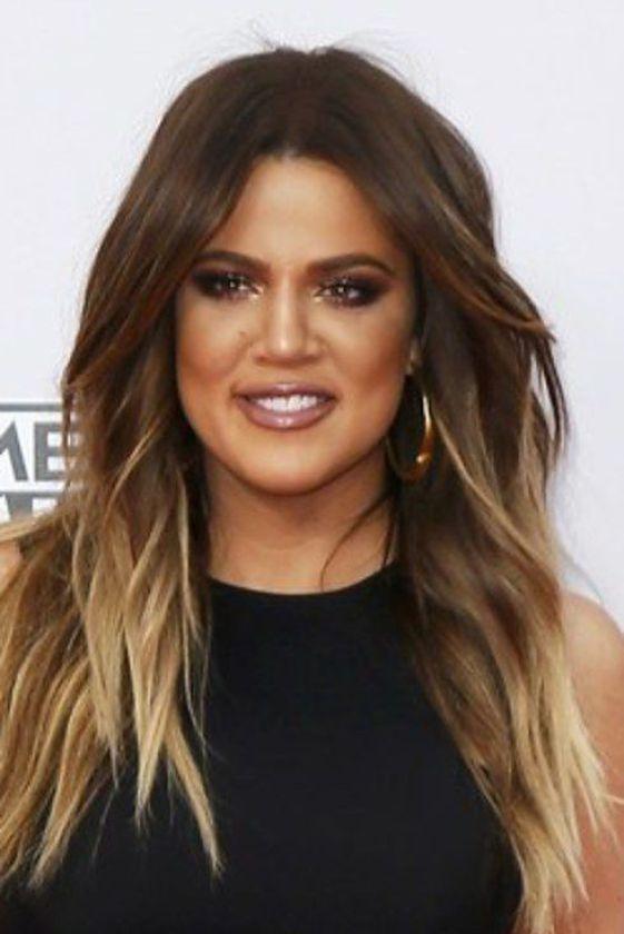 khloe kardashian cabello castaño con reflejos rubios