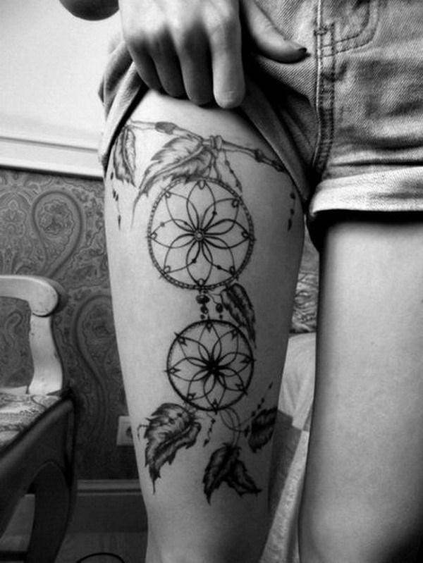 Tatuaje dreamcatcher negro y gris en el muslo.