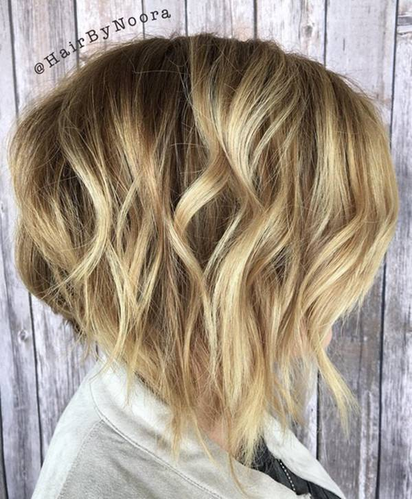 33280816-corto-rizado-hairstyleswavyblondebalayagebob