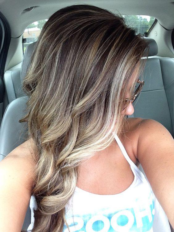 cabello blanco y beige marrón diamante con reflejos rubios