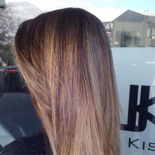 balayage caramelo en el pelo largo y liso