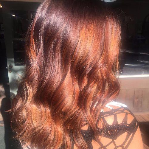 reflejos de caramelo en el pelo rojo