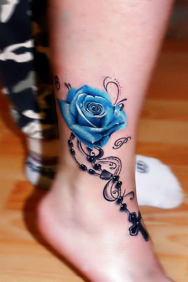 Blue Rose Tattoo en el tobillo.