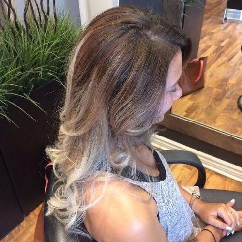 Rubia mediana ceniza en cabello castaño