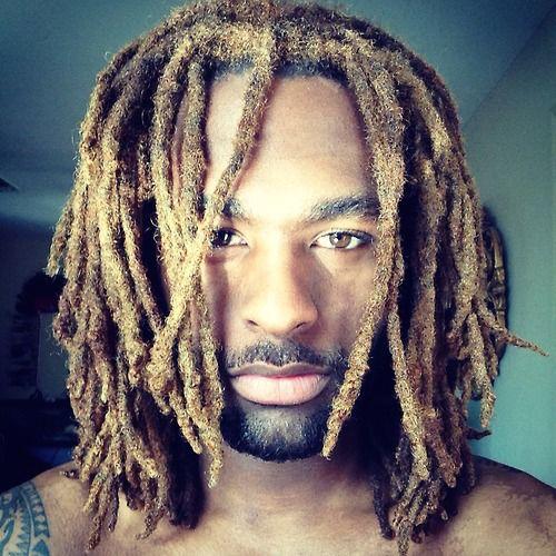 Teñido de rastas en peinados largos para hombres
