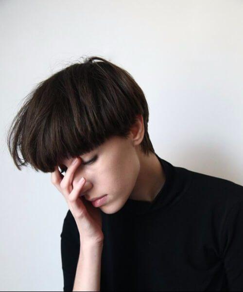 Peinados cortos con cortes gruesos en capas y pesados con flecos para cabello corto