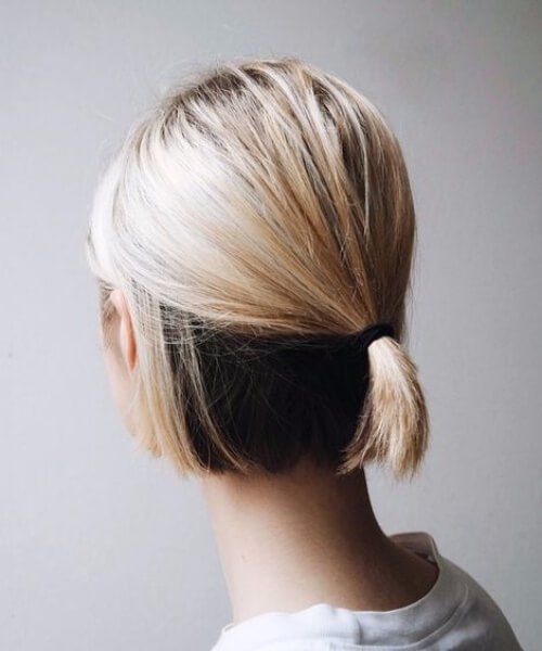 Color de cabello natural que llega a través del cabello rubio corto