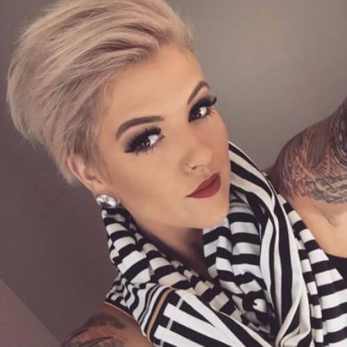 tatuajes de mujer joven selfie pixie cut