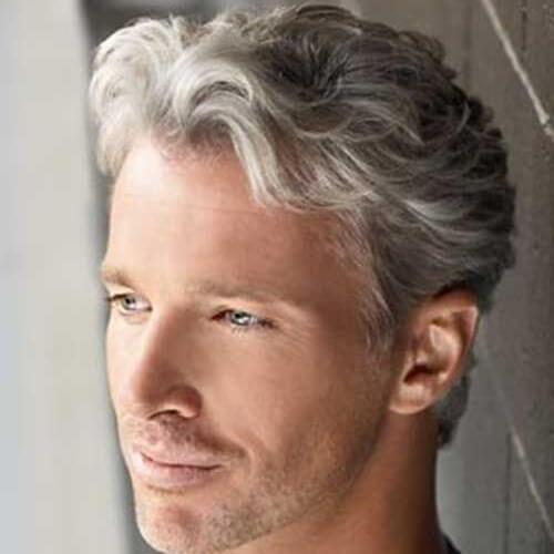 Peinado maduro para hombres con cabello ondulado