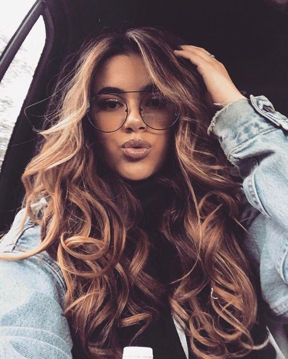 cabello marrón extra volumen con reflejos rubios