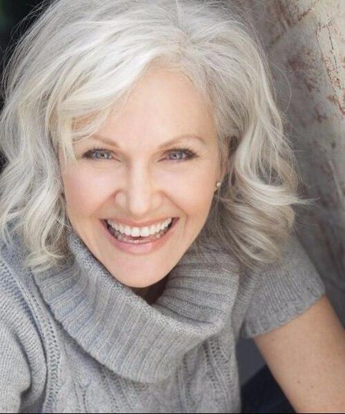peinados grises para mujeres mayores de 50 años