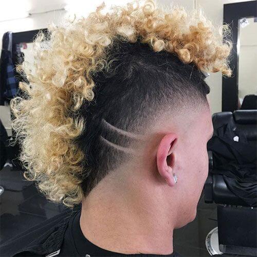 Peinados punk para hombres con pelo rizado