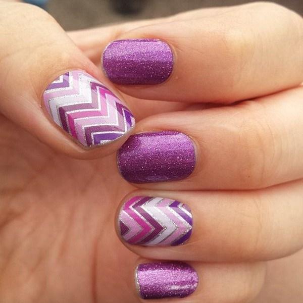 Diseño de uñas morado con patrones de Chevron.