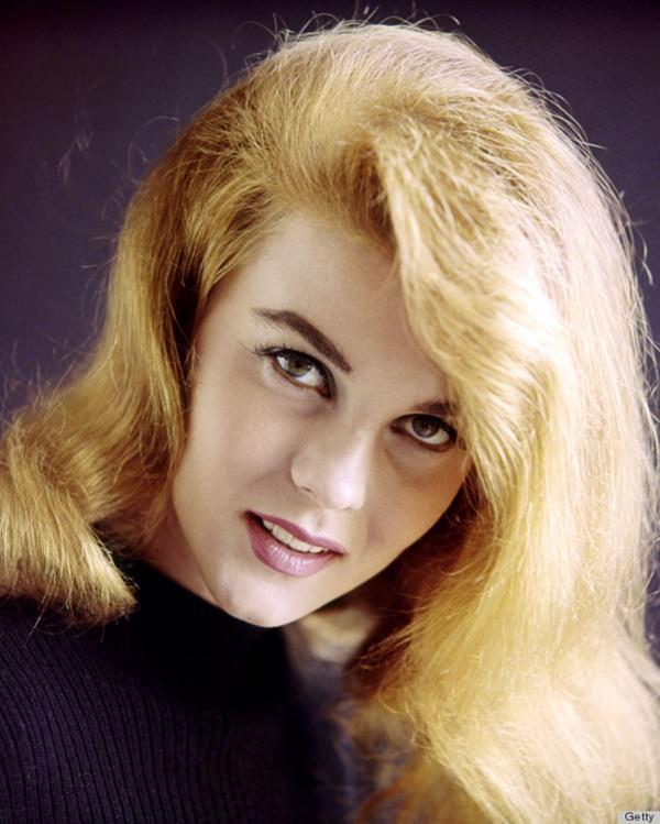 Ann-Margret, actriz sueco-estadounidense, con un jersey de punto morado en un retrato de estudio, sobre un fondo morado, alrededor de 1965. (Foto de Silver Screen Collection / Getty Images)