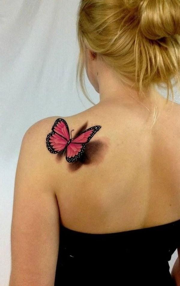 Tatuaje de mariposa 3D en la parte posterior del hombro.