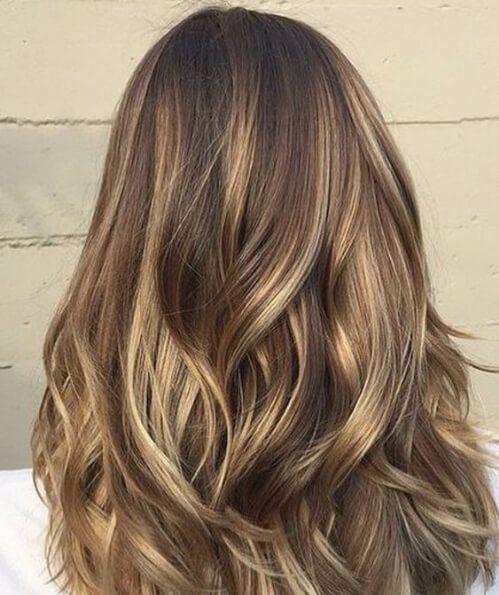 Peinados hacia el exterior tonos de latón peinados de longitud media