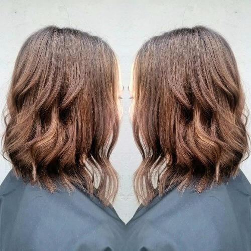 reflejos de caramelo en el corte de pelo bob ondulado