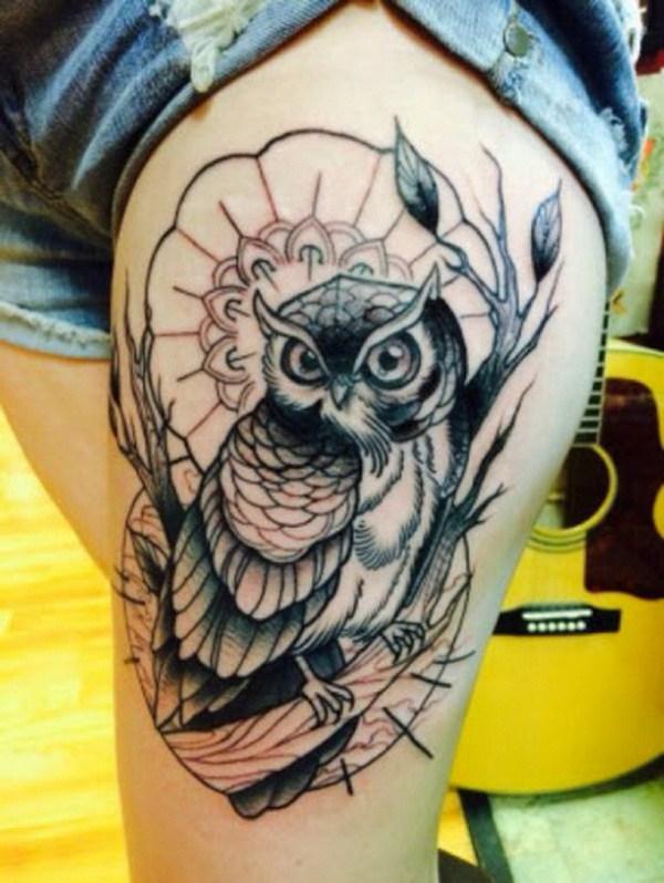 Hermoso tatuaje de búho para el muslo.  Más a través de https://forcreativejuice.com/attractive-owl-tattoo-ideas/