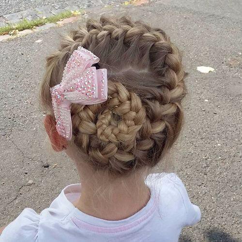 bollo trenzado con arco peinados de niñas