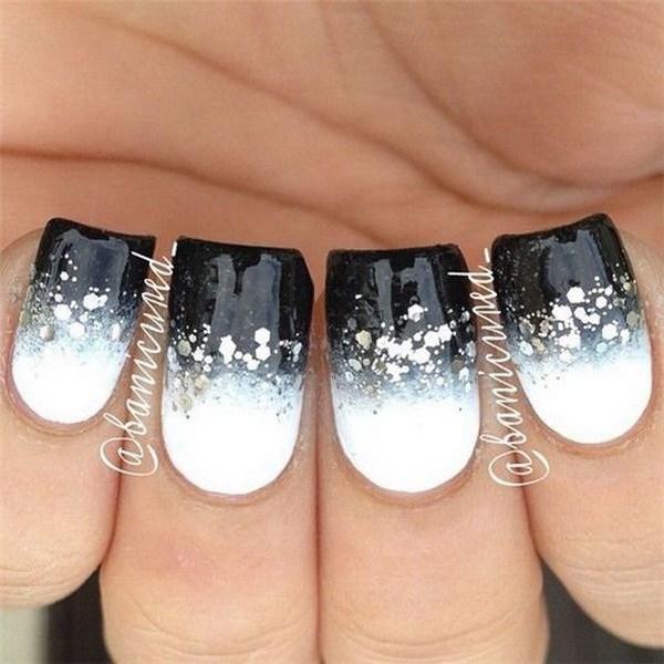 Modernas uñas blancas y negras con lentejuelas de plata.