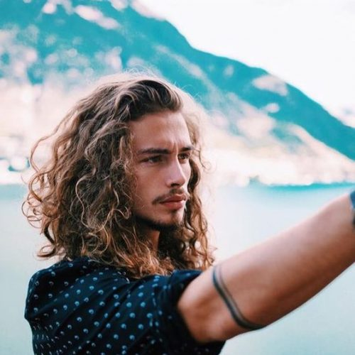 cepillado sobre largos peinados para hombres
