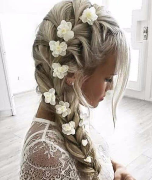 Peinados de trenza lateral francesa con flores