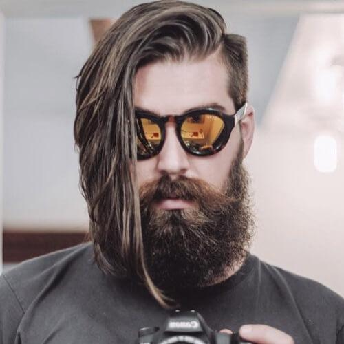 Peinados asimétricos para hombres con vello facial