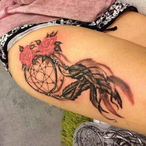Tatuaje Dreamcatcher en el muslo.