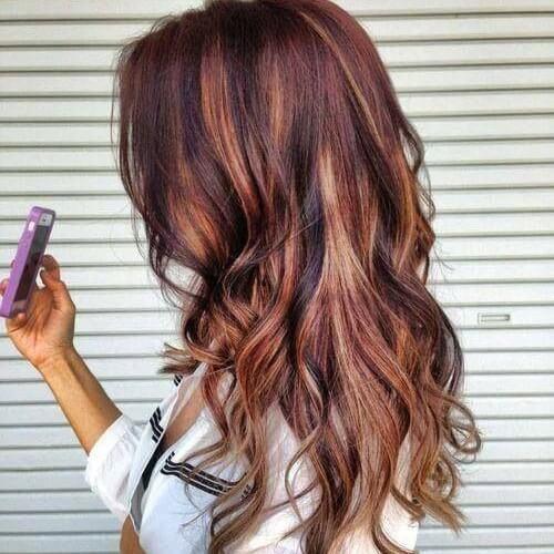 Aspectos destacados de cobre y caramelo en el cabello rojo marrón