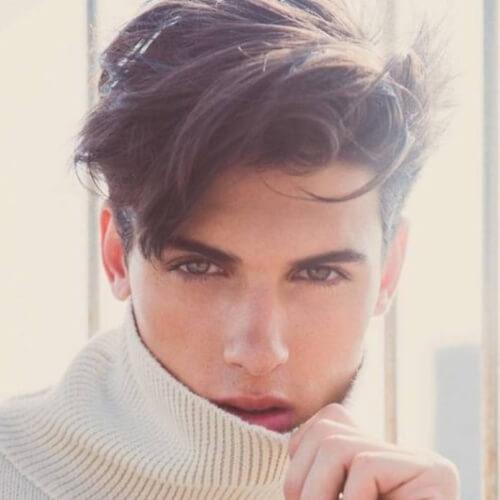 Peinados sucios para hombres con el pelo ondulado
