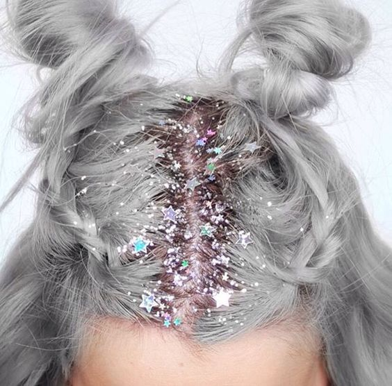cabello gris con destellos navideños