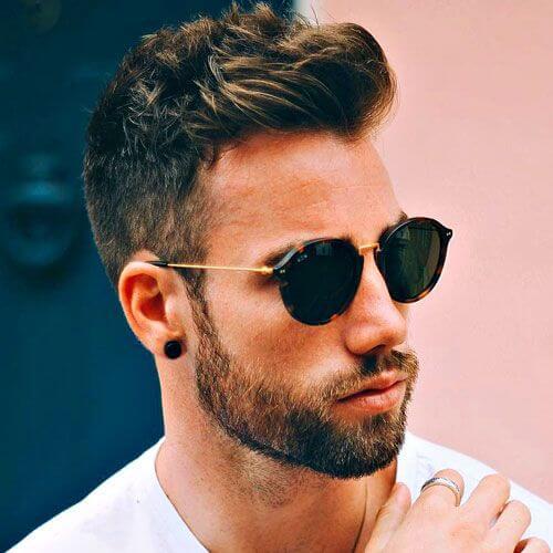 Cepillarse los cortes de pelo cortos para hombres