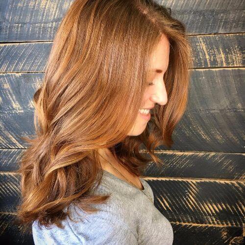 Cabello color caramelo medio en el pelo largo